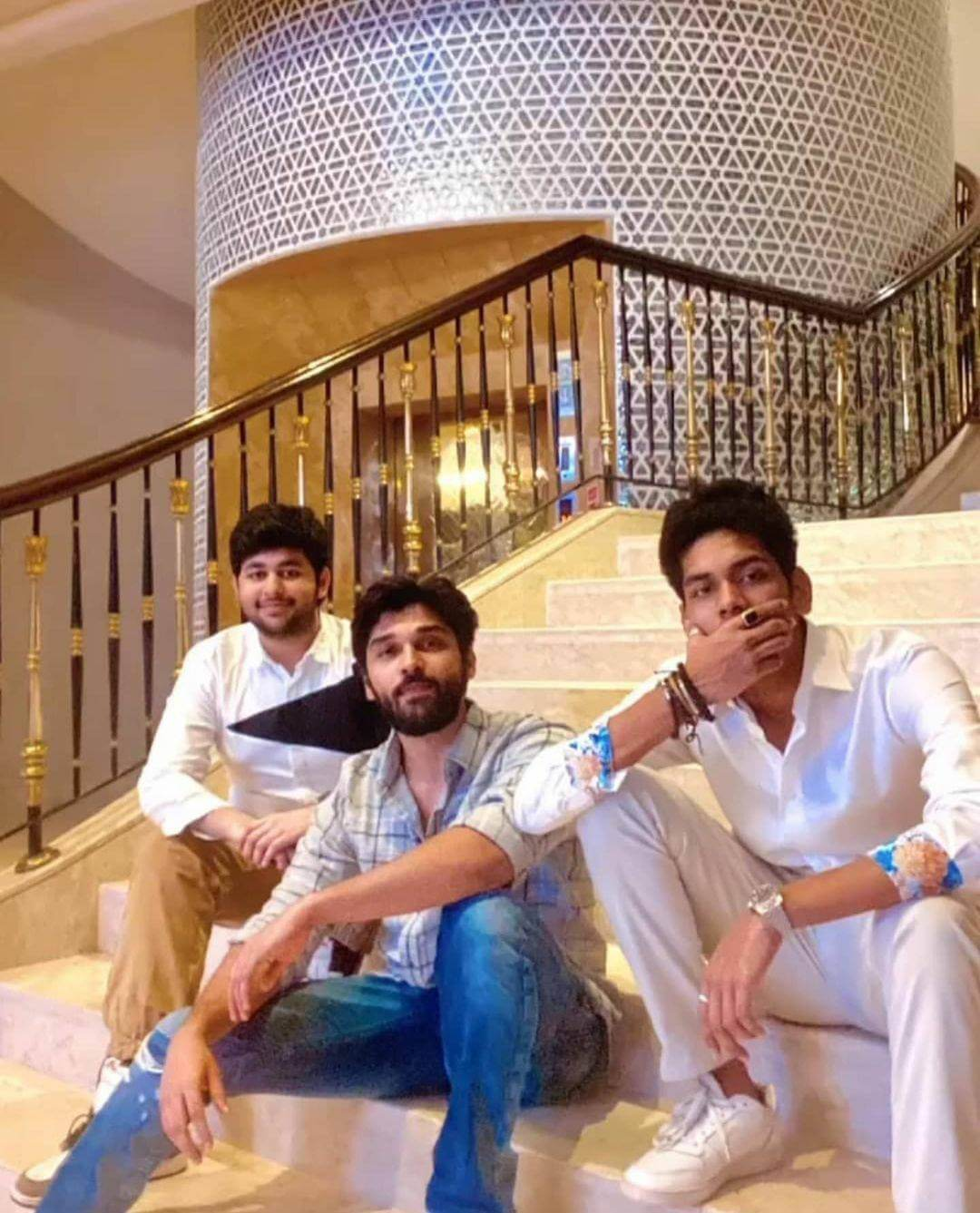 Viral - Sons of legends pose for a pic